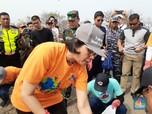 Sambut Hari Oeang, Sri Mulyani Bersih-bersih Pantai di Banten