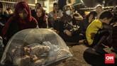 Ada pengungsi yang juga membawa serta bayi mereka di trotoar jalan di depan kantor UNHCR, Jalan Kebon Sirih, Jakarta Pusat. (CNN Indonesia/Bisma Septalisma)