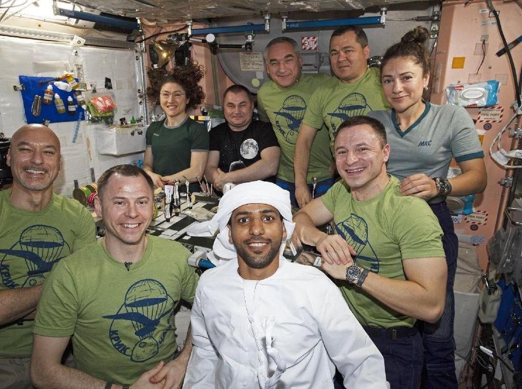 Bersama para astronot lain. Foto: Hazza Al Mansouri