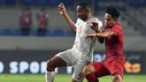Gelandang Uni Emirat Arab Ali Salmeen berduel dengan winger Indonesia Andik Vermansah. Uni Emirat Arab mencetak gol kelima melalui Tariq Ahmed Hassan saat injury time babak kedua. (KARIM SAHIB / AFP)