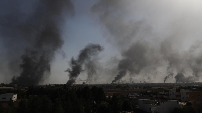 Kementerian Pertahanan Turki mengatakan, selain udara, militer juga melancarkan serangan di darat. (AP Photo/Lefteris Pitarakis)