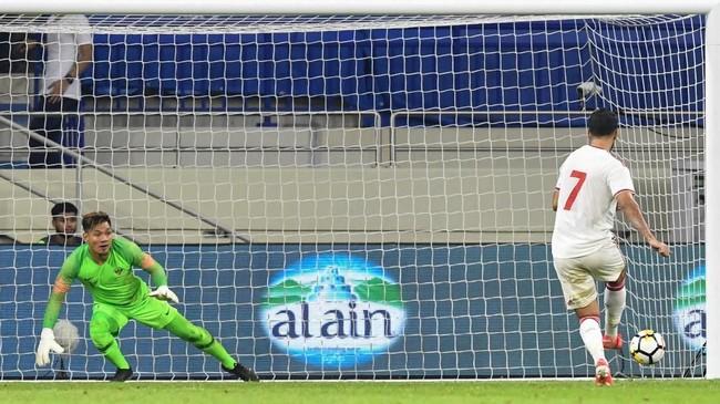 Penyerang Uni Emirat Arab Ali Mabkhout mencetak gol keduanya lewat penalti pada menit ke-63. (Photo by KARIM SAHIB / AFP)