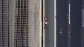 Kesunyian yang hanya dipecah oleh beberapa pengendara sepeda,menjadi pemandangan menandai peringatan Yom Kippur (Hari Penebusan Dosa) di Israel. Ini adalah hari paling suci bagi umat Yahudi. Kendaraan bermotor dilarang beroperasi. (AP/Oded Balilty)