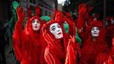 Para pemrotes berkostum berkumpul di Marble Arch, London, dalam seremoni menandai dimulainya International Rebellion, acara yang diprakarsai Extinction Rebellion (AFP/Tolga Akmen)