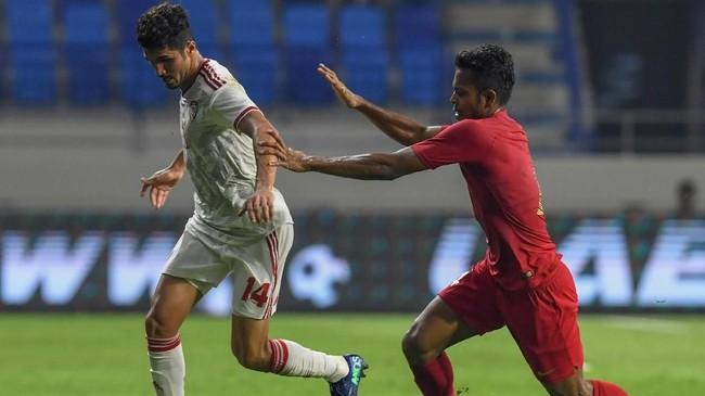 Blunder Zulfiandi pada menit ke-51 membuat Indonesia kebobolan kali kedua melalui Ali Ahmed Mabkhout. (KARIM SAHIB / AFP)