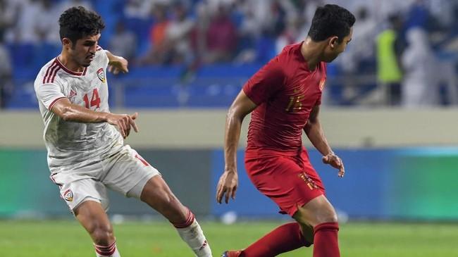 Bek Indonesia Ricky Fajrin berusaha menjaga gelandang Uni Emirat Arab Khalil Ibrahim (kiri). Uni Emirat Arab sempat kesulitan mencetak di babak pertama. (KARIM SAHIB / AFP)