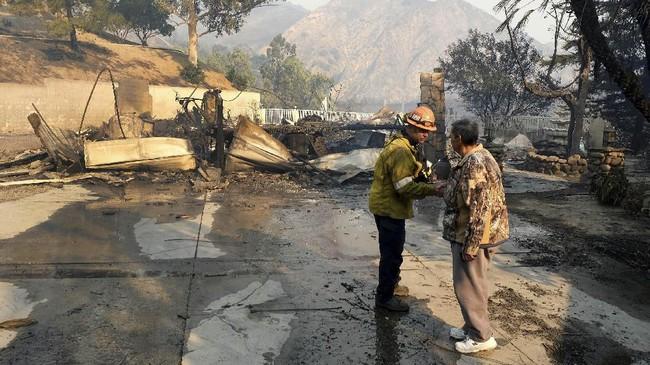 Seorang pria meninggal dunia karena serangan jantung ketika berusaha menyelamatkan rumahnya dari amukan api. (Dean Musgrove/The Orange County Register via AP)
