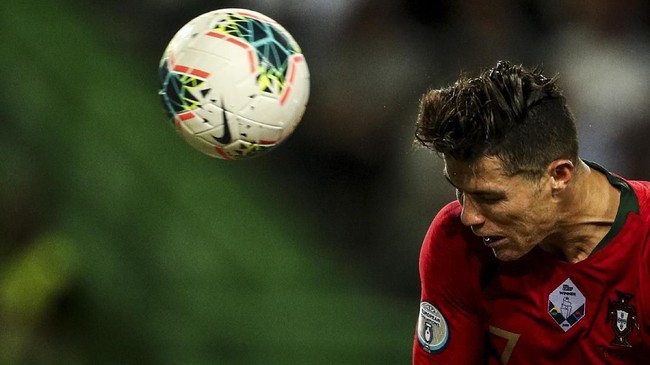 Peluang Cristiano Ronaldo untuk mencetak gol ke-700 ada pada laga lawan Ukraina, Senin (14/10).(Photo by CARLOS COSTA / AFP)