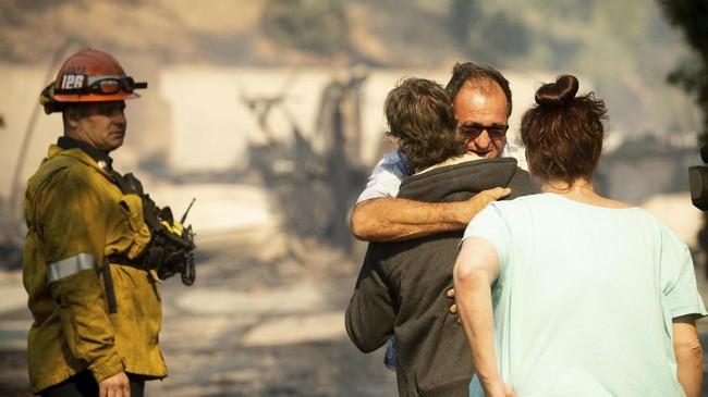 Sedikitnya 100 ribu penduduk di wilayah selatan California dievakuasi pada Jumat lalu (11/10). (AP Photo/Noah Berger)