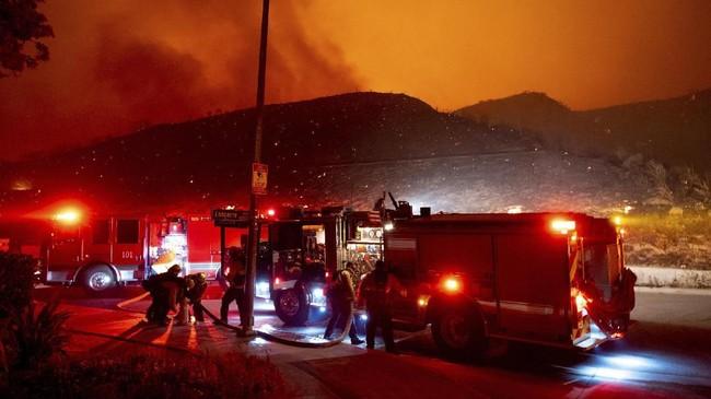 Kondisi cuaca yang panas dan berangin memperluas kebakaran hingga ke Los Angeles. (David Crane/The Orange County Register via AP)
