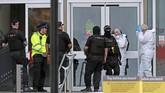 Menurut seorang saksi, Jordan (23), dia melihat seorang lelaki berlari-lari sambil membawa pisau. Menurut dia pelaku menyabetkan senjata tajam itu ke arah orang-orang yang berada di sekitarnya secara membabi buta. (Peter Byrne/PA via AP)