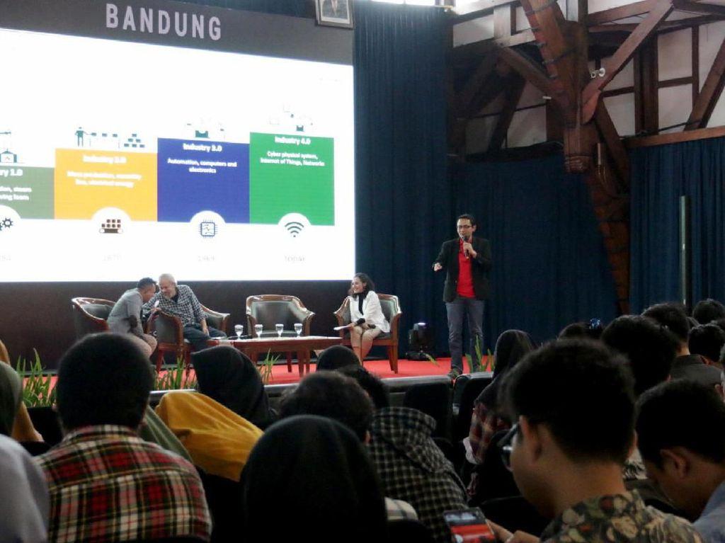 Program ini adalah bentuk komitmen Telkomsel untuk memberikan manfaat lebih kepada masyarakat sekaligus upaya untuk terus bergerak maju mengakselerasikan pengembangan SDM di Indonesia agar memiliki daya saing di tingkat internasional, selaras dengan visi pemerintah yang menjadikan pengembangan SDM sebagai salah satu prioritas pembangunan. Kali ini giliran kota kembang Bandung. Foto: dok. Telkomsel