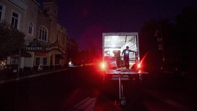 Beberapa warga meninggalkan rumah dengan mobil untuk menyelamatkan diri. (AP Photo/Noah Berger)