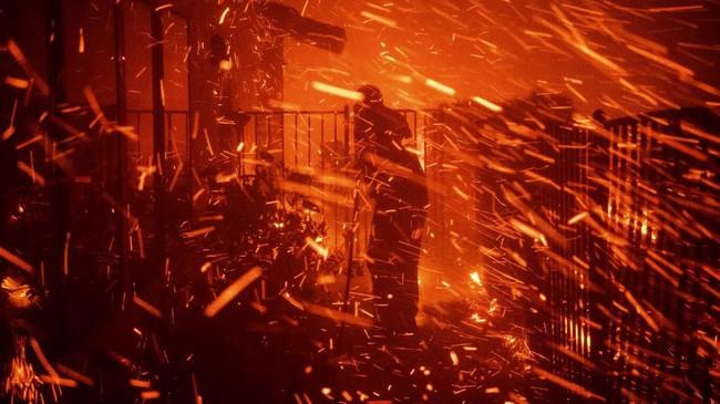Kebakaran juga membuat sejumlah jalan utama ditutup. Sekolah dan pusat bisnis ikut lumpuh akibat kebakaran. (AP Photo/Michael Owen Baker)