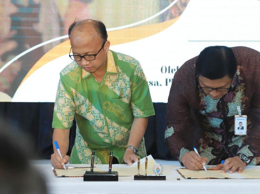 Direktur Bisnis Kecil, Ritel, dan Menengah Bank BRI Priyastomo (kanan) dan Sekretaris Jenderal Kementerian Desa, Pembangunan Daerah Tertinggal dan Transmigrasi (Kemendes PDTT) Anwar Sanusi (kiri) melakukan penandatanganan Nota Kesepahaman (MoU) terkait penyediaan dan penggunaan layanan jasa perbankan di Kantor Kemendes PDTT, Jakarta (11/10). Foto: dok. BRI