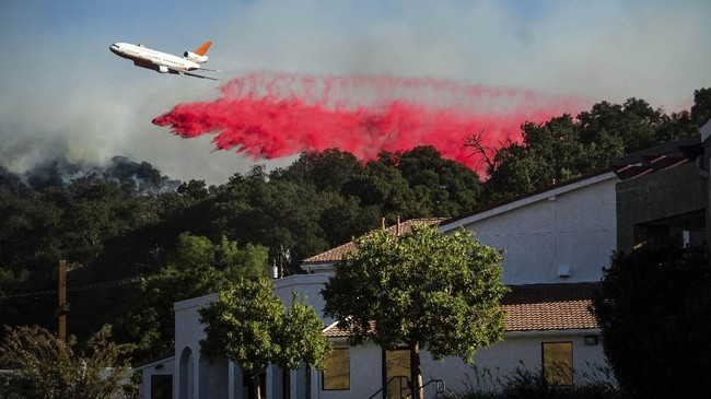 Pihak berwenang memperingatkan warga untuk mengungsi sebab membutuhkan waktu berhari-hari untuk memadamkan api. (AP Photo/Noah Berger)