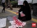 Emak-Emak Gelar Aksi Tabur Bunga untuk Korban Demo September