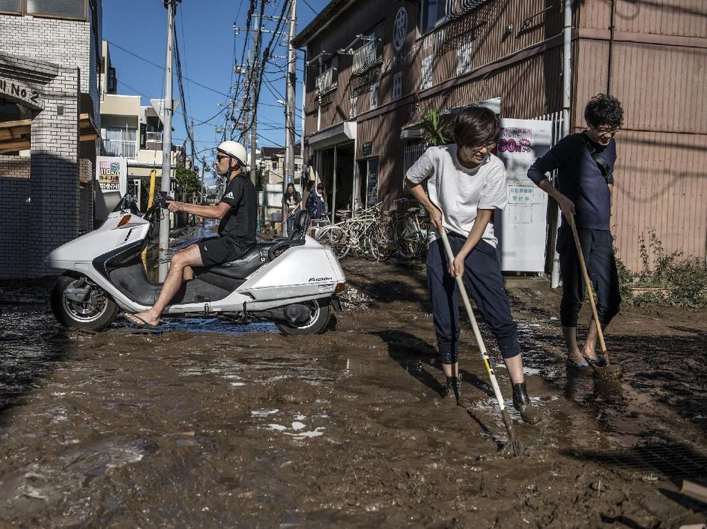 Warga Jepang Bersihkan Sisa Lumpur Pascabanjir