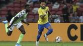 Neymar mengalami cedera saat Brasil melawan Nigeria pada pertandingan persahabatan di Singapura, Minggu (13/10). (AP Photo/Danial Hakim)