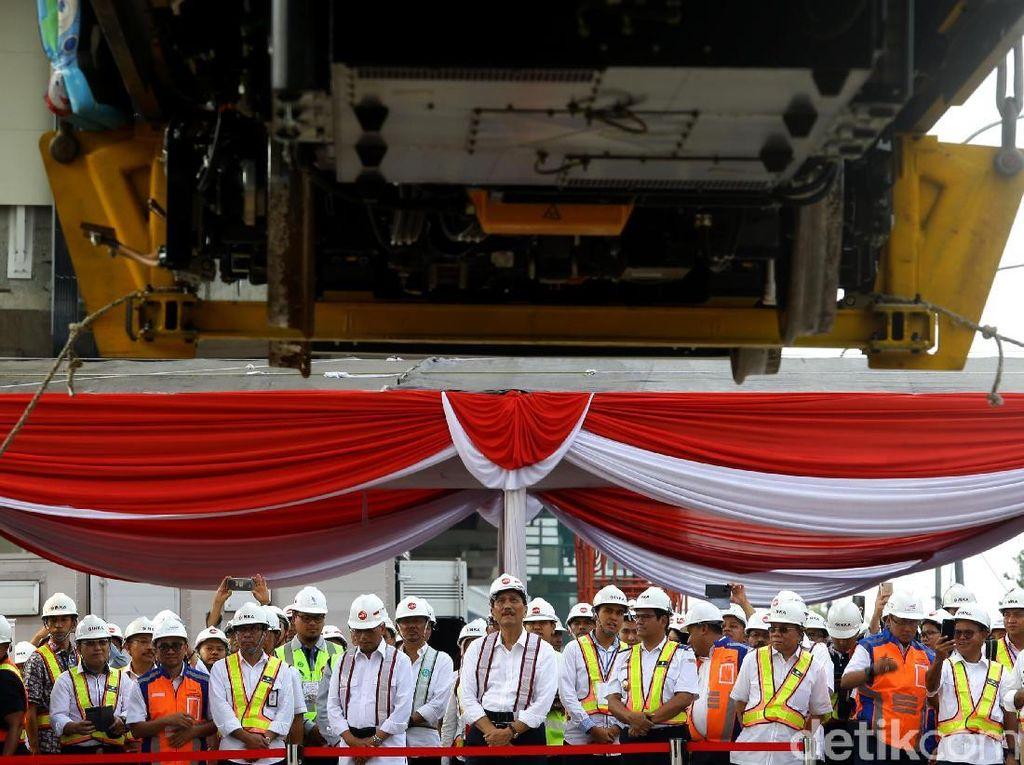 Momen Luhut dan Budi Karya Cek Pengangkatan Kereta LRT Jabodebek