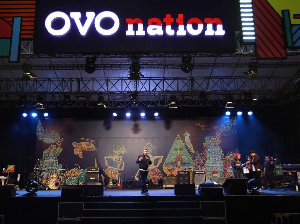 OVO berkomitmen untuk selalu mendukung kebijakan pemerintah dalam upaya mendorong perkembangan industri pembayaran digital di Indonesia, salah satu dalam penerapan QR Indonesian Standard (QRIS). Foto: dok. OVO