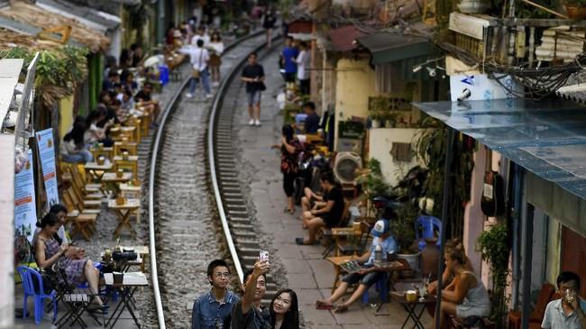 Pemandangan Train Street, destinasi wisata foto populer di Hanoi, Vietnam. (AFP/Manan Vatsyayana)
