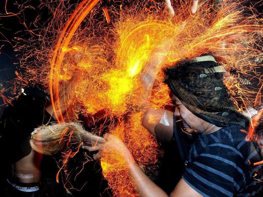 Melihat Tradisi Perang Api di Pulau Dewata Bali