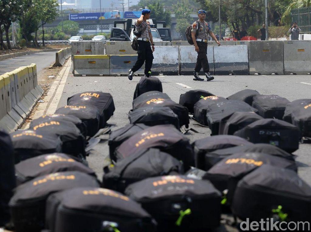 Ransel-ransel milik anggota polisi dijejerkan di Jalan Gatot Subroto.