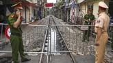 Pekan ini pemerintah kota Hanoi resmi menutup Train Street dari aktivitas turisme agar laju kereta harian tak terganggu. (AFP/Nhac Nguyen)