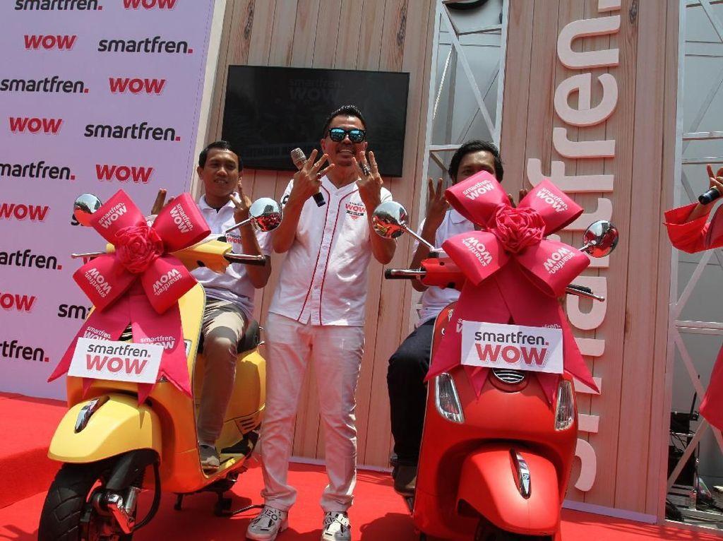 Program Undian Smartfren WOW merupakan program apresiasi yang akan mewujudkan mimpi pelanggan untuk memiliki rumah, mobil, dan tiga buah vespa, serta ratusan hadiah lainnya mulai dari paket liburan ke Bali hingga voucher belanja dan voucher pulsa setiap bulannya semudah menggunakan dan mengaktivasi Smartfren.