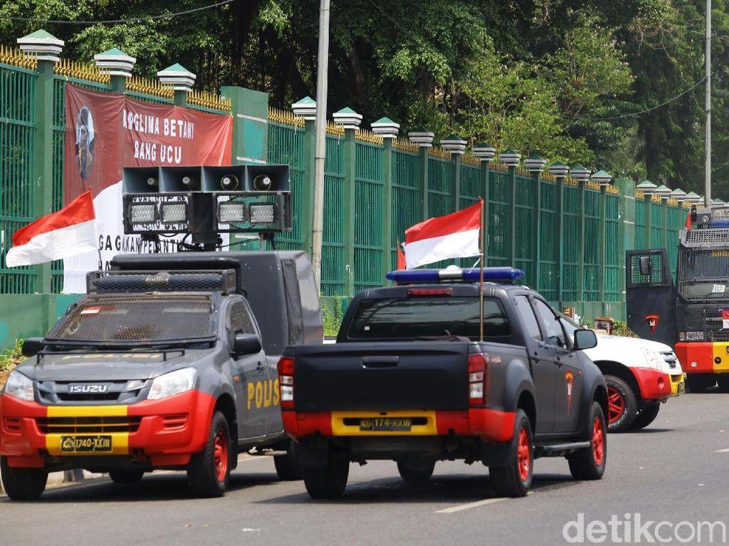 Penjagaan di Jalan Gatot Subroto juga diperketat dengan penjagaan aparat polisi hingga kendaraan taktis, seperti baracuda.
