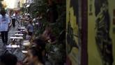 Saking populernya kawasan ini, banyak restoran dan warung yang buka di pinggir relnya. (AFP/Manan Vatsyayana)