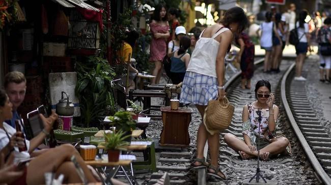 Di Train Street, turis bisa berfoto dengan pemandangan rel kereta dan pemukiman yang padat. (AFP/Manan Vatsyayana)