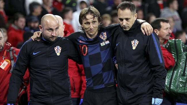 Luka Modric mengalami cedera di pengujung babak kedua Wales vs Kroasia yang berakhir imbang 1-1. (Nigel French/PA via AP)