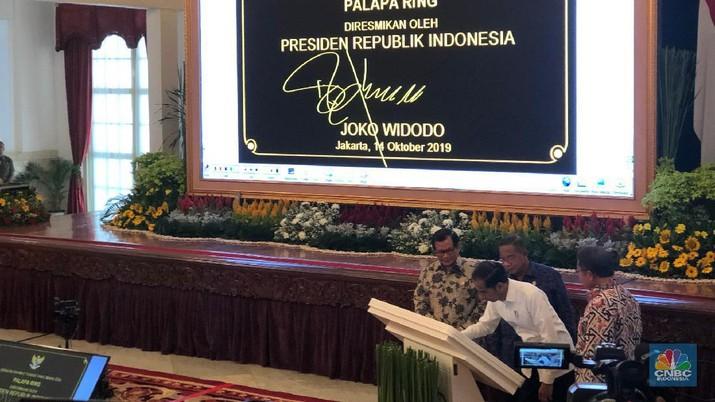 Jokowi bersama jajaran menteri Kabinet Kerja pada hari ini Senin (14/10/2019) meresmikan pengoperasian Palapa Ring yang disebut sebagai tol langit.