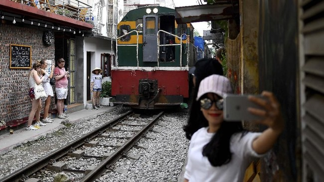 Train Street merupakan jalur kereta yang dibangun Prancis pada tahun 1902. (AFP/Manan Vatsyayana)