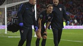 Luka Modric mengeluh sakit pada kaki kanan dan digantikan Milan Baldej pada menit ke-90. Modric terancam absen di El Clasico pada 26 Oktober mendatang. (GEOFF CADDICK / AFP)