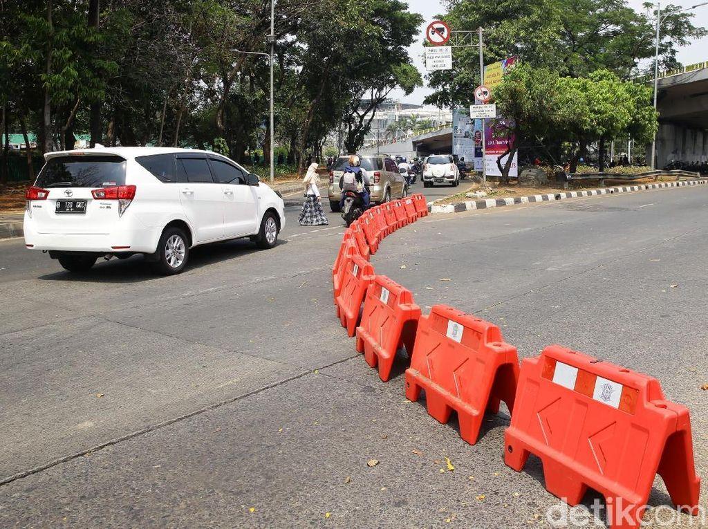 Ruas jalan mengarah ke DPR ditutup mulai di bawah flyover Taman Ria Senayan. Jalan ditutup dengan menggunakan barrier.