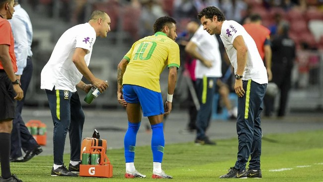Laga Brasil vs Nigeria memasuki menit ke-10 Neymar mengalami cedera pada paha bagian kiri. (Roslan RAHMAN / AFP)