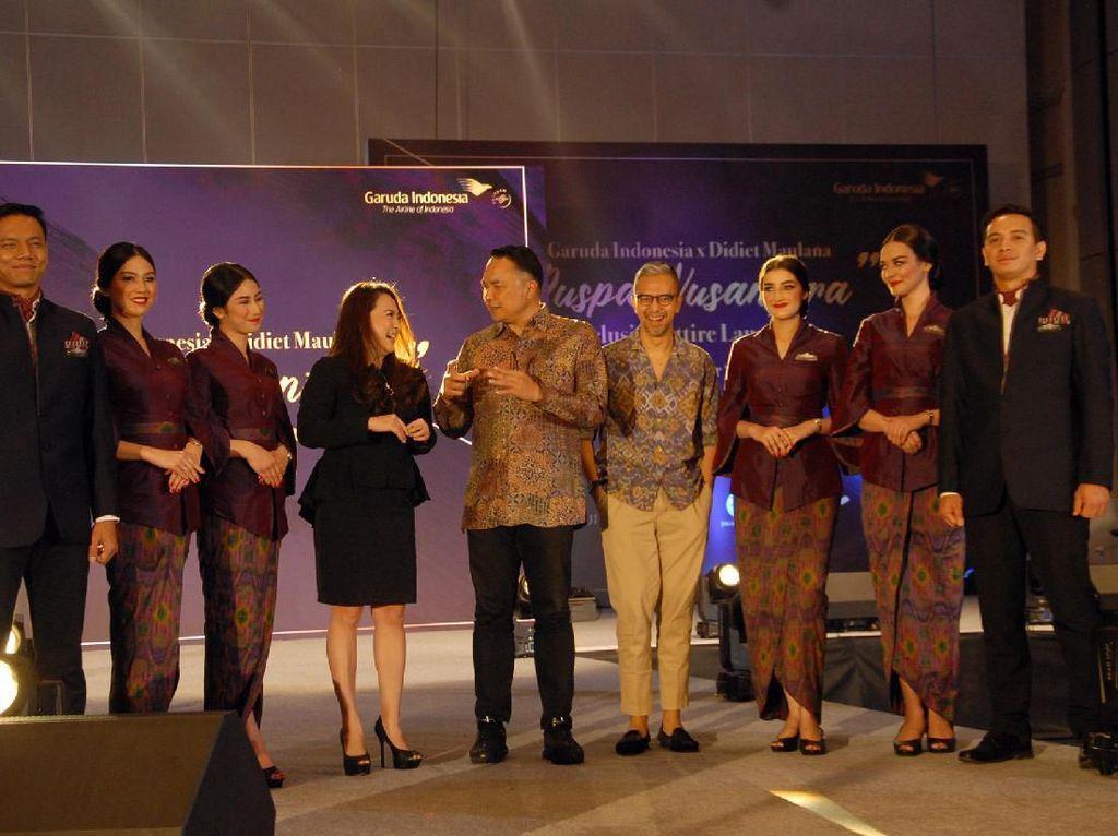 Direktur Utama Garuda Indonesia, Ari Askhara (kanan) bersama Founder IKAT Indonesia Didiet Maulana memberi pemaparan saat peluncuran seragam awak kabin tematik Puspa Nusantara hasil kolaborasi bersama IKAT Indonesia, di Jakarta, Senin (14/10).