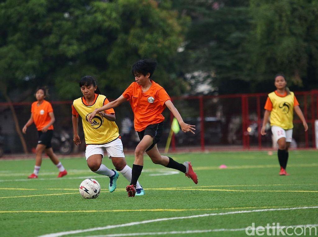 Tim sepakbola putri DKI Jakarta menjalani sesi latihan di Lapangan Pulomas, Jakarta Timur pada Senin (14/10/2019).