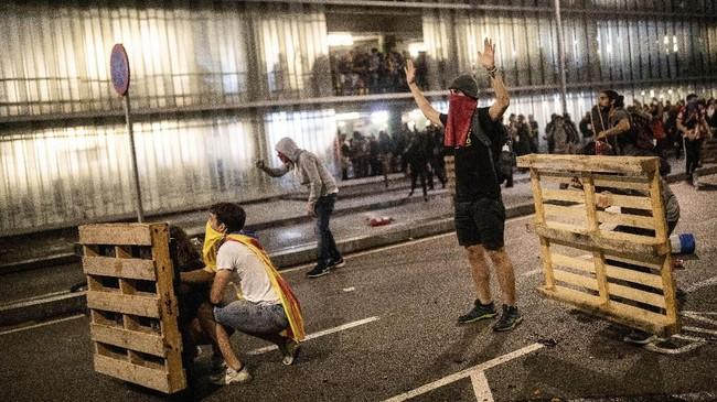 FOTO: Demo Ricuh Usai Sidang Vonis Separatis Catalonia