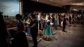 Di pameran, pengunjung bisa menjajal sejumlah kostum tari dan opera sebelum berfoto dengannya. (Photo by Martin BUREAU / AFP)