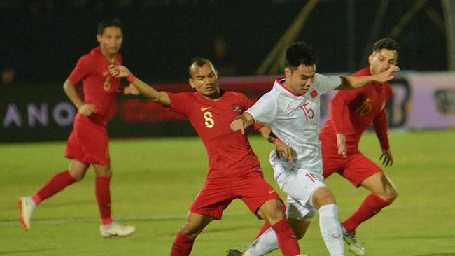 Indonesia menghadapi Vietnam dalam laga kualifikasi Piala Dunia 2022 di Stadion Gianyar, Selasa (15/10). (ANTARA FOTO/Nyoman Budhiana/hp)