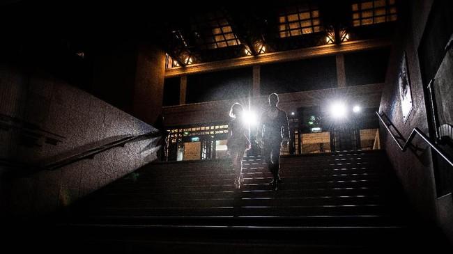 Para penari memanfaatkan setiap celah gedung museum yang jadi tempat pameran, sekaligus area pementasan dengan muncul di tempat-tempat tak terduga. (Photo by Martin BUREAU / AFP)