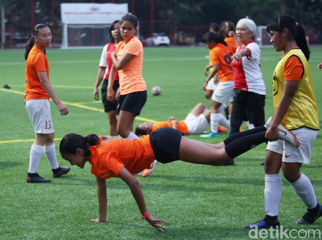 Tim sepakbola putri DKI Jakarta menjalani bermacam teknik latihan.