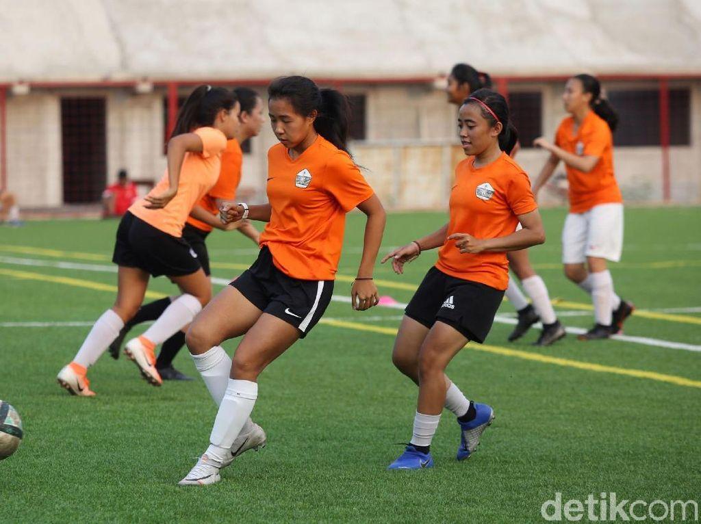 Tim sepakbola putri DKI Jakarta tampak serius mengikuti latihan persiapan Prakualifikasi PON 2020.