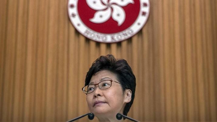 Kepala Eksekutif Hong Kong Carrie Lam mendengarkan pertanyaan wartawan saat konferensi pers di gedung pemerintah di Hong Kong, Selasa, 15 Oktober 2019. Sebuah bom buatan rumah yang dikendalikan dari jarak jauh yang dimaksudkan untuk