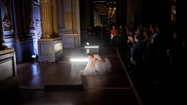 Di auditorium, penari tampil di sela-sela deretan kursi, sementara penonton ada di panggung. (Photo by Martin BUREAU / AFP)