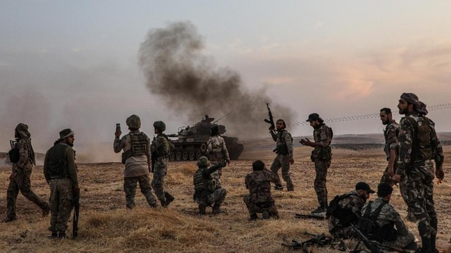 Asap mengepul di berbagai sudut kota, sementara deru tank dan desing peluru terdengar di sisi lain kawasan tersebut. (AFP Photo/Zein Al Rifai)